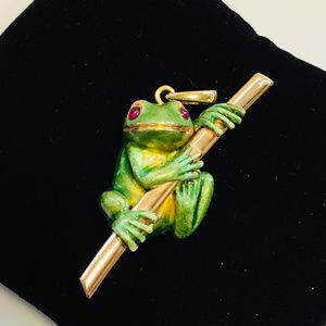 Vintage 18 kt enamel ruby eye frog on limb pendant